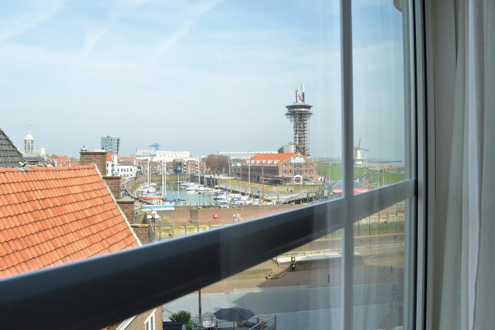 Hotel in Zeeland met kamer op Stadszicht - Dit is onze kamer met uitzicht op de de stad, het arsenaal, arsenaaltoren, haven, pilots, loodsen en bellamyplein. Overnachting in het Zeeuwe bij de Belgische Loodsensocieteit met eigen restaurant, verse keuken en bar. Locatie is Boulevard de Ruyter 4 Vlissingen
