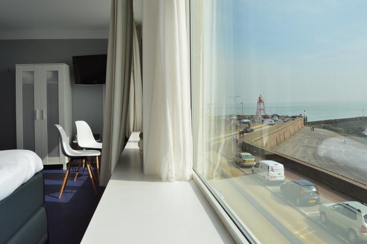 Slapen in een hotel met kamer op Zeezicht en een superior bed! - Dit is onze luxe kamer bij de Belgische Loodsensocieteit met uitzicht op zeeheld michiel de ruyter, de Oosterschelde, zeemeeuwen die voorbij vliegen, sensationele golven of kabbelend water. Locatie Boulevard de Ruyter 4 Vlissingen Zeeland