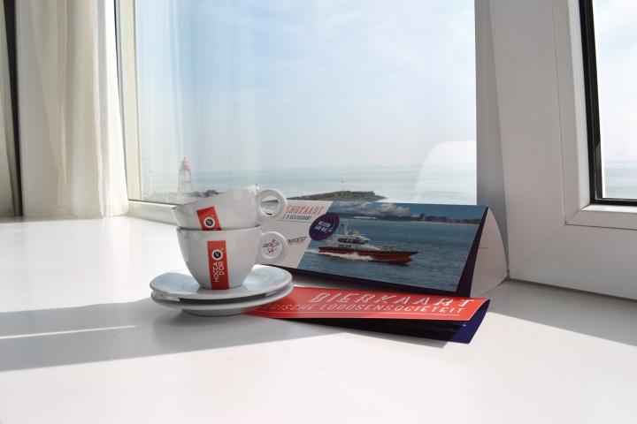 Slapen in Zeeland met kamer op Zeezicht en een superior bed! - Dit is onze luxe kamer bij de Belgische Loodsensocieteit. Ontbijt op bed, Moccador koffie op uw kamer, gratis wifi, tv, menukaart, roomservice. Locatie Boulevard de Ruyter 4 Vlissingen