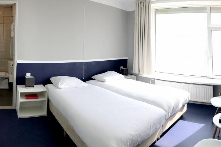 Slapen in Zeeland met kamer op Zeezicht - Dit is onze standaard kamer de Belgische Loodsensocieteit de Ruyter Boulevard Vlissingen