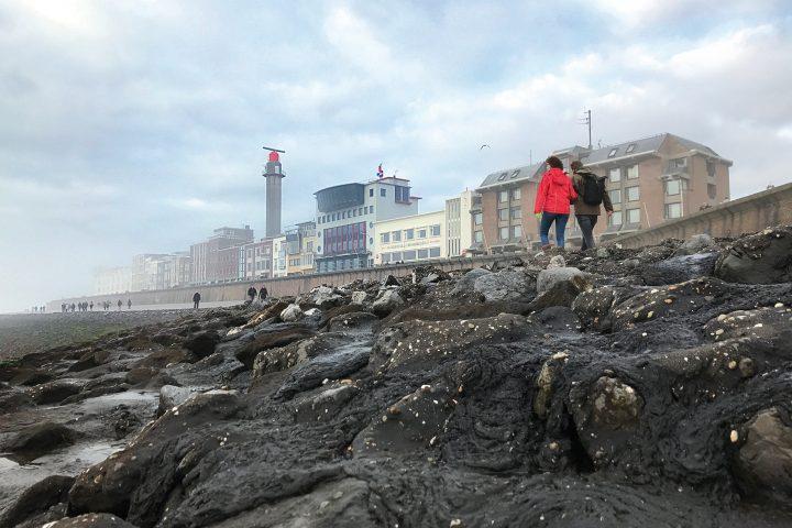 Ons hotel vanuit zeezicht tijdens een wandeling in de frisse zilte zeelucht
