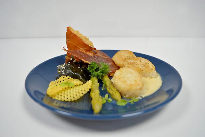 Coquille met zeewier, groene asperges en parmaham