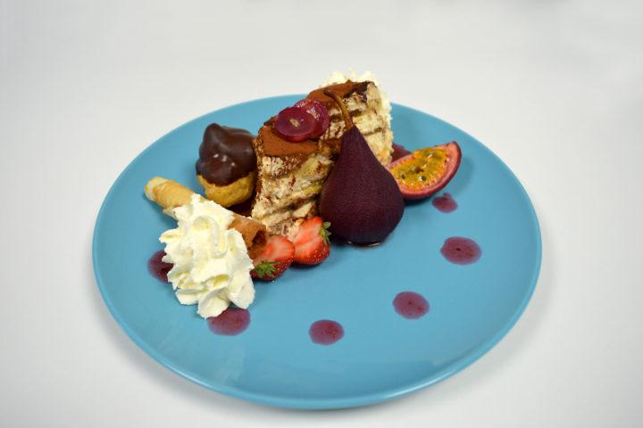 Dessert van stoofpeer, tiramisu, chocolade room soesje en passievrucht
