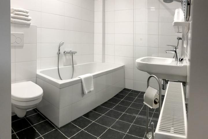 Badkamer met bad douche flatscreen waterkoker veel ruimte van de familiekamer in ons hotel. Boulevard, strand Vlissingen Zeeland.